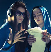 Couple sings hip-hop over dark background with spotlight — Stock Photo
