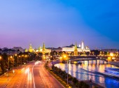 Russian Moscow Kremlin, bridge and Moscow river — Stock Photo
