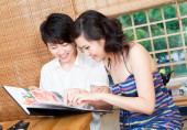 Young couple dining at a Japanese restaurant — Stock Photo