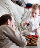 Father and daughter playing chess — Stock Photo