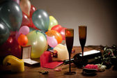 Balloons, flowers and dirty wine glasses. Holiday ended — Stockfoto