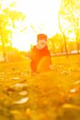 Cute girl walk in the rays of the autumn sun — Stock fotografie