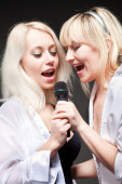 Girls singing — Stock Photo