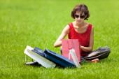 Опора женщины на газон после покупок — Стоковое фото