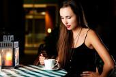 Ritratto di giovane bella donna che mangia un caffè — Foto Stock