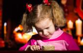 портрет счастливой девочки на фоне рождественских огней — Стоковое фото