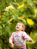 Cute girl walk in the rays of the autumn sun — Stock Photo