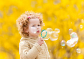 Cute girl with bubbles in the park. Outdoors shoot — Stock Photo
