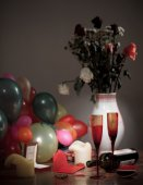 Balloons, flowers and dirty wine glasses. Holiday ended — Zdjęcie stockowe
