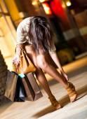 Счастливая азиатская женщина, делающая покупки — Стоковое фото