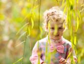 Cute girl walk in the rays of the autumn sun — Stockfoto