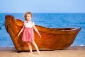 Porträtt av en liten flicka står nära båten — Stockfoto