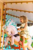 A young girl enjoying a ride on the merry-go-round. — Fotografia Stock