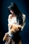 Portrait of a sad asian girl with her Teddy bear — Stockfoto