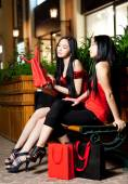 Two young woman shopping — Stockfoto