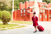A young girl dressed as a flight attendant sees the sights — ストック写真