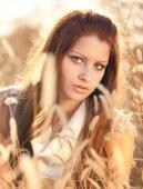 Belle femme dans le champ de blé. — Photo