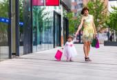 Kobieta podczas zakupów z małą dziewczynką — Zdjęcie stockowe