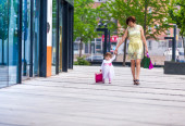Woman during the shopping with little girl — Stock Photo