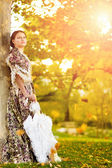 Young woman in the rays of the autumn sun. — Stock Photo