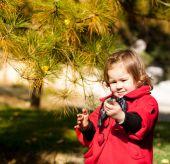 Cute girl walk in the rays of the autumn sun. — Stock Photo