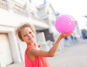 Summer girl holding ball — Stock Photo