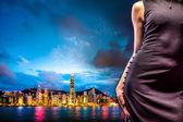 Küçük siyah elbise, gece Hong Kong şehir cityscape poz kadın moda — Stok fotoğraf