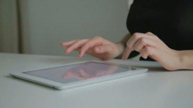 Vrouw die op tablet pc werkt — Stockvideo