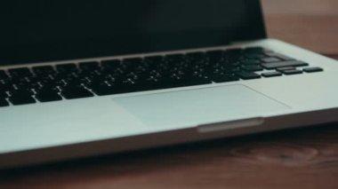 Laptop och dagbok på skrivbordet — Stockvideo