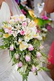 Свадебный букет с розами и альстромерия — Стоковое фото
