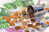 Billetes en euros, dólares y cubo con dinero ruso — Foto de Stock