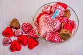Сердечки шоколадные в миске — Стоковое фото