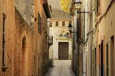 Narrow street in Alcudia, Mallorca, Spain — Stock Photo