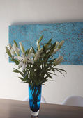 Blue vase with white easter lillies — 图库照片