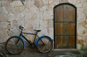 Blue bicycle leaning against wall — Stockfoto