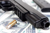 9mm bullet and handgun with money — Foto de Stock