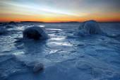 Icy coastline in winter morning — Stock Photo