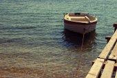 Barca da pesca bianco Mediterraneo nel mare in una giornata di sole di estate. Barca bianca sola — Foto Stock