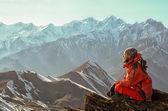 Uomo che meditating in montagne — Foto Stock