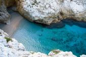 Lagoon with turquoise water and white rocks around it — Foto de Stock