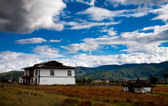 White house in Tibetan style in rural mountain area nearby Shangrila — Stock Photo