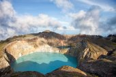 Steaming volcanic colorful lakes in Kelimutu craters on a bright sunny day — Stock Photo