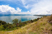 Amazing landscape view to the tranquil lake in tropics with mountains at the background — Stockfoto
