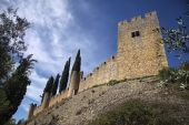 Bottom-up view to the medieval castle wall and blue cloudy sky — Stock Photo