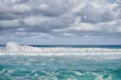 White foamy waves and gradually darkening color of sea water wit — Stock Photo