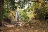 Ruins of ancient temple lost in jungle — Stockfoto