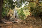 Ruins of ancient temple lost in jungle — 图库照片