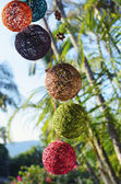 Decorazione fatta di palline di filo davanti a palme — Foto Stock