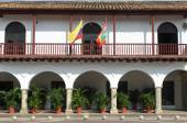 White building in Colonial style with Colombian flag in Cartagena — Stock Photo
