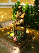 Monument to the writer Mikhail Bulgakov on Andrew Descent in Kiev — Stock Photo